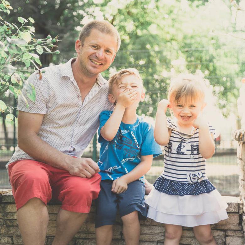 Photographie de famille à Lyon avec le rire des enfants