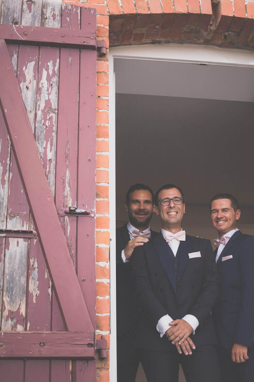 Photo du marié et de ses témoins à la fenêtre
